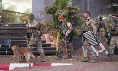 Soldados franceses en el hotel Radison de Bamako