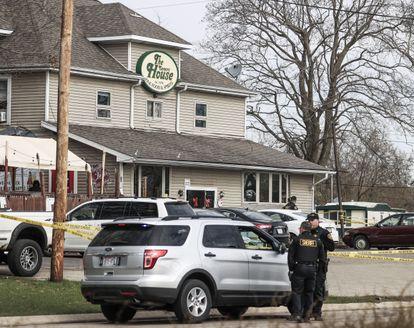 Agentes investigan el bar de Somers House, donde se produjo un tiroteo a primera hora de la mañana que, según informes, dejó tres muertos y dos heridos de gravedad cerca de Kenosha, Wisconsin.
