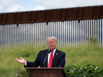 El expresidente Donald Trump durante su visita al muro de este miércoles.