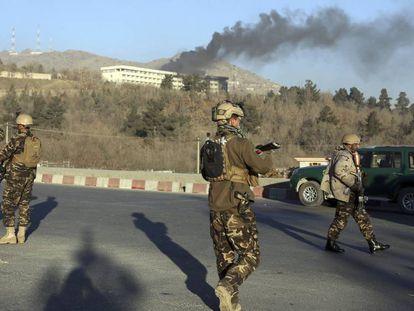 Una columna de humo sale del interior del hotel Intercontinental tras el asalto de este sábado.