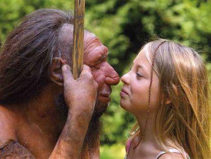 Una niña observa una figura que recrea la fisonomía atribuida al neandertal en un museo.