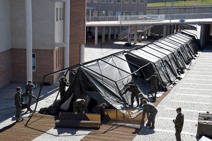 Integrantes del regimiento de ingenieros del Ejército de Tierra que se ha desplazado este jueves desde Salamanca hasta Segovia para instalar un hospital de campaña junto al Hospital General.