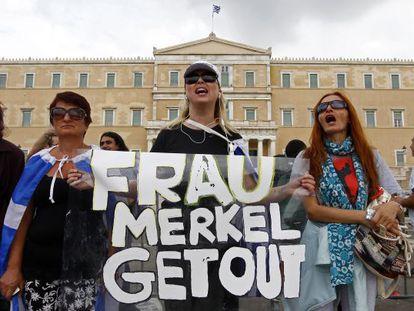 Protesta contra Angela Merkel en la plaza Sintagma de Atenas