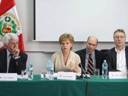 Los parlamentarios europeos Vital Moreira (i), Inese Vaidere (c) y Bernd Lange (d) participan en una rueda de prensa del Comité de Comercio Exterior del Parlamento Europeo que sigue el estado del Acuerdo Comercial Multipartes suscrito hace un año por la Unión Europea (UE) con Colombia y Perú, en Lima (Perú).