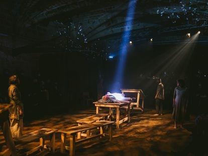 Escena de 'Canto jo i la muntanya balla', adaptación teatral de la novela de Irene Solà.