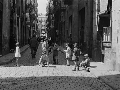Niños jugando en una calle del Barrio Chino de Barcelona, el 13 de abril de 1934, en una imagen de Margaret Michaelis.