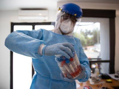 Un sanitario maneja material médico en un hospital de Ciudad de México.