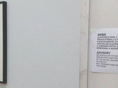 Cartel en la exposición sobre Mapplethorpe que prohíbe el paso a los menores de 18, en el museo de Serralves, en Oporto. Foto: J. M.
