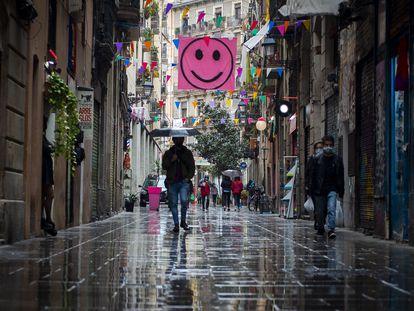 Varias personas caminan el sábado 10 de abril por el barrio del Raval en Barcelona.