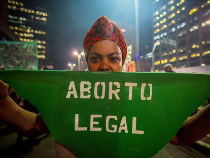 Una mujer, en una manifestación por la legalización del aborto en Sao Paulo, en 2018.