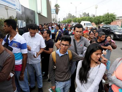 Venezolanos hacen fila para realizar sus trámites migratorios en Perú.