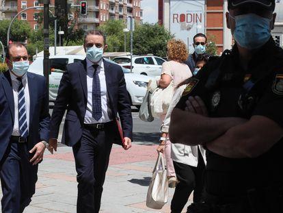 Momento de la llegada del delegado del Gobierno de Madrid, José Manuel Franco, a los juzgados de Plaza Castilla.
