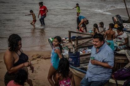 Familias en la playa Tlacopanocha, en Acapulco, este viernes.