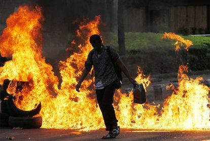 Un <i>camisa roja</i> quema neumáticos en una calle de Bangkok.