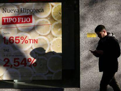 Una persona pasa ante un anuncio de hipotecas en Madrid.