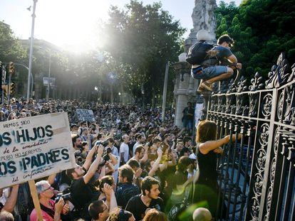 Manifestación del movimiento 15-M ante el parque de la Ciutadella de Barcelona en 2011.