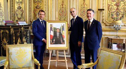Emmanuel Macron, co-príncipe de Andorra, muestra su retrato oficial con la bandera andorrana junto a los jefes del ejecutivo y el legislativo, Antoni Martí y Vicenç Mateu