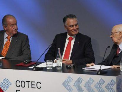 El Rey de España, don Juan Carlos, y los presidentes de Portugal, Aníbal Cavaco Silva (centro), e Italia, Giorgio Napolitano, hoy en Lisboa.