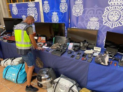 Algunos de los objetos intervenidos en la operación Micifuz, en Málaga.