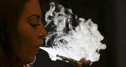Un fumador haciendo uso de un cigarrillo electrónico.