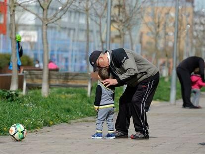 Niños en un parque de Vitoria, donde se suspenden las clases en todos los niveles educativos, desde guarderías a universidades.