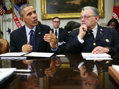 Obama, junto al responsable de la comisión.