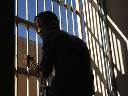 Un inmigrante subsahariano, en el centro de detención de Safi, en Malta