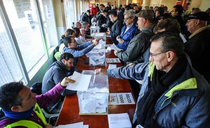 Los taxistas votan para decidir si continúan con la huelga en Madrid, el pasado 5 de febrero.