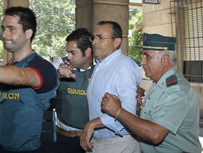 El empresario de Fitonovo, Rafael González, es trasladado a los juzgados.