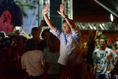 Fernando Haddad saluda a sus seguidores durante un mitin en Recife