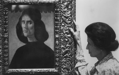 Helena Cambó, hija de Francesc Cambó, en 1990, junto a la obra de Botticelli que se depositará en el Museo de Bellas Artes de Valencia.