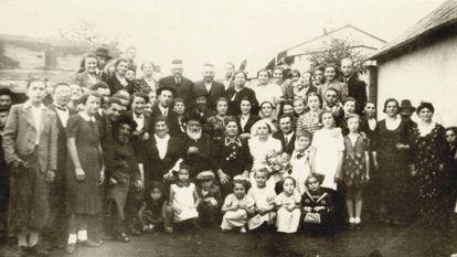 Retrato de la boda de Zismu y Necha Reich, celebrada en 1937 en Polonia. De las 64 personas que aparecen, 54 fueron asesinadas durante el Holocausto.