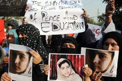 Activistas paquistaníes portan fotos de la niña Malala en una protesta por el atentado contra la muchacha por disparos de los talibanes de este país.