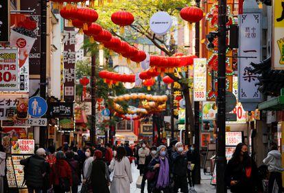 Varias personas caminan por la calle este martes en Yokohama (China).