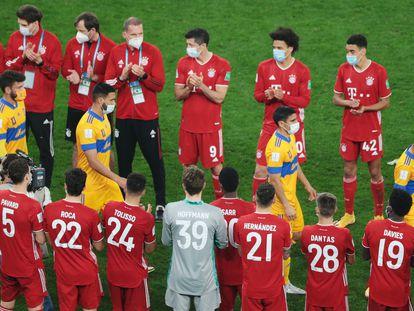 Los jugadores del Bayern aplauden a los de Tigres tras la final del Mundial de Clubes.