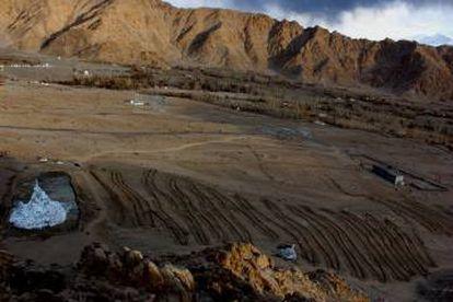 A la izquierda, destaca una estupa de hielo en pleno paisaje desértico.