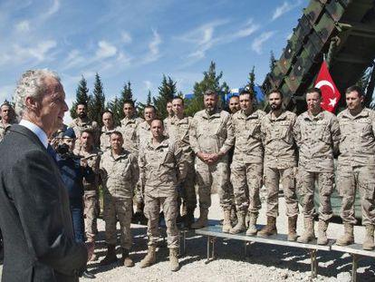 Morénes pasa revista, el sábado, a las tropas destacadas en Adana.