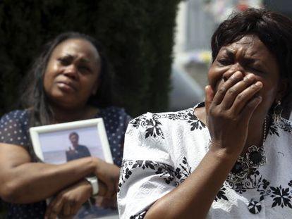 Clementine, la madre de Samba Martine, llora durante el entierro de hija en Madrid, en octubre de 2012, cinco meses después de la muerte.