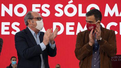 El candidato a la presidencia de la Comunidad de Madrid, Ángel Gabilondo, y  Pedro Sánchez  en un acto de la campaña electoral.