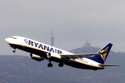 Un avión de Ryanair despega en el Aeropuerto de El Prat, Barcelona.