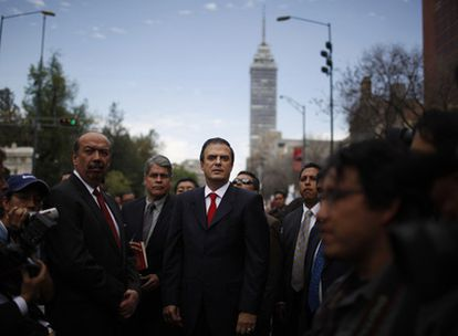 Marcelo Ebrard, de frente con corbata roja, esperando el pasado domingo la llegada a México DF del mandatario boliviano Evo Morales.