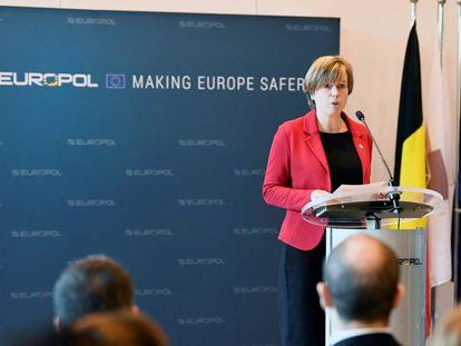 La directora de Europol, Catherine De Bolle, explica la intervención contra la red de propaganda del ISIS, este lunes en La Haya.