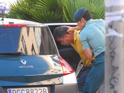 Un agente escolta a Salvador Alberto Morales Méndez antes de ser conducido a la cárcel.
