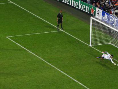 Cech desvía la pena máxima lanzada por Schweinsteiger.