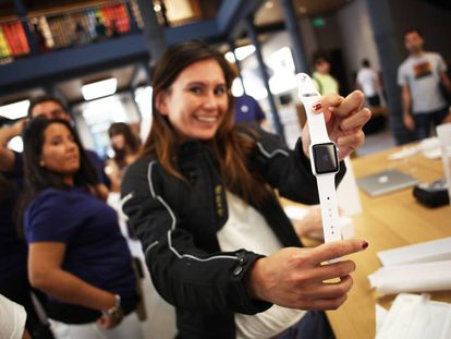 Una mujer mostrando un reloj Apple Watch en la tienda de la compañía en la Puerta de Sol de Madrid, el primer día de venta del nuevo producto de Appl, en 2015.