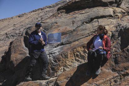 Hugo Delgado Granados, investigador del Instituto de Geofísica y Anel Pérez Martínez, directora de Literatura y Fomento a la Lectura de la Coordinación de Difusión Cultural de la UNAM, colocan una placa para declarar extinto el glaciar Ayoloco.
