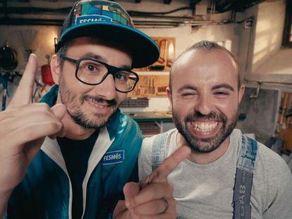 Jair Domínguez (izq.) y Peyu, presentadores de 'Bricoheroes'.