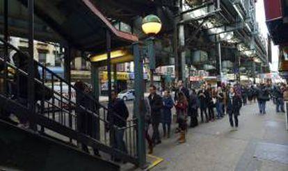 Ciudadanos neoyorquinos entran en la estación de metro, cerrada durante el paso del Huracán Sandy, en Brooklyin, Nueva York, EE.UU. este 5 de noviembre.
