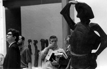 """Una escultura de Venancio Blanco en la exposición """"Madrid, el arte de los sesenta""""."""