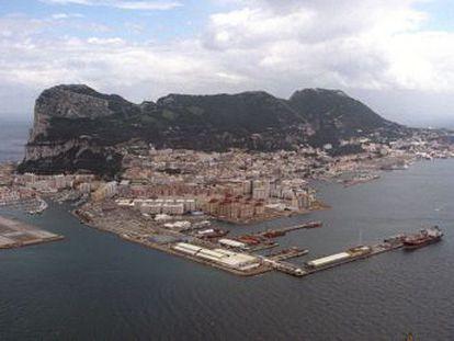 Vista aérea de Gibraltar, con el aeropuerto a la izquierda y el puerto en primer plano.
